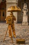 Man att posera i kulöra kläder och dekorativ kamera royaltyfria bilder