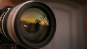 Man att posera mot solnedgången, linsen för reflexionen in camera, journalist på arbete, hobby lager videofilmer