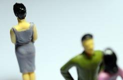Man att prata med kvinnan och den enkla kvinnan Arkivfoto