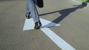 Man att promenera den vita pilen, personen som väljer, äger livbanan, gående höger väg arkivfilmer