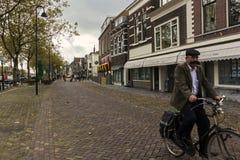 Man att rida en cykel i Vlaardingen i Nederländerna Arkivbilder