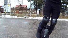 Man att rida personliga elektriska den utomhus- transportgatan för det mono hjulet stock video