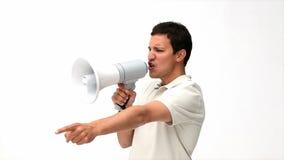 Man att ropa in i en megafon lager videofilmer