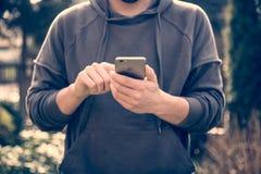 Man att rymma den nya näthinnan för den Apple iPhonen 6s Fotografering för Bildbyråer