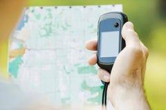 Man att rymma en GPS mottagare och planera i hans hand Royaltyfria Foton