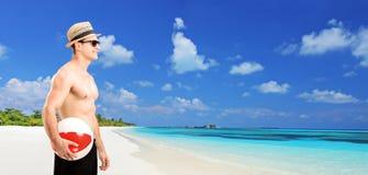 Man att rymma en strandboll vid havet Arkivbilder