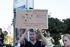 Man att rymma ett baner på en protest i Bucharest Royaltyfri Fotografi