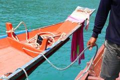 Man att rymma ett rep för band av ett longtailfartyg Royaltyfria Bilder