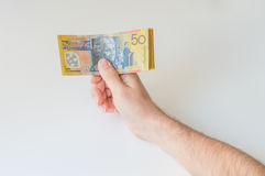 Man att rymma femtio australiska dollar i hans händer Arkivfoton