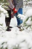 Man att rymma handen av flickvännen i vinter Arkivbilder