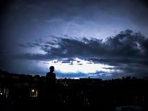 Man att se av in i stormen i Philadelphia Royaltyfria Bilder