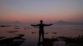 Man att se den få utbrott vulkan Calbuco i Frutillar, Chile fotografering för bildbyråer