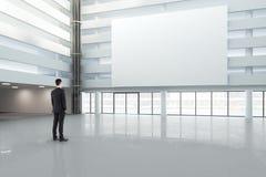 Man att se ett tomt vitt baner i en stor ljus korridor, åtlöje vektor illustrationer