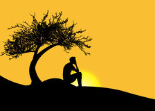 Man att sitta bara under ett träd på ett berg på solnedgången royaltyfri illustrationer