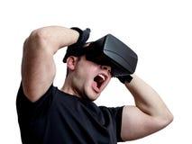 Man att skrika genom att använda virtuell verklighetexponeringsglas som isoleras på vita lodisar Royaltyfria Foton