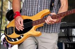 Man att spela den elektriska gitarren på en festivaletapp Royaltyfria Foton