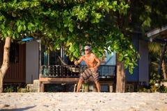 Man att spela med frisbeen på den tropiska stranden i Koh Phangan, Thailand. Royaltyfria Foton