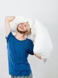 Man att spela med kuddar, bra sömnbegrepp Arkivfoto