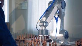 Man att spela schack med konstgjord intelligens för innovativt robotic schack arkivfilmer
