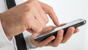 Man att surfa internet eller framställning av en appell på en smartphone Arkivfoton