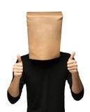 man att täcka hans huvud genom att använda en pappers- påse Arkivbild