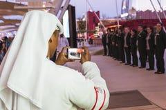 Man att ta en bild utanför Förenade Arabemiraten på expo I 2015 Arkivbild
