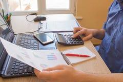 man att ta för anmärkningar Hemfinanser, investeringekonomi Vinster besparingar Bunt av dollar Framgång finansiella flöden för mo arkivfoto