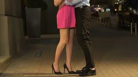 Man att ta flickvännen vid handen, och krama i nattgata datera först, affektion stock video