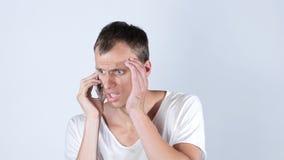 Man att tala på hans mobiltelefon, arbetslöst ledset, kassering av hans arbete Royaltyfri Foto