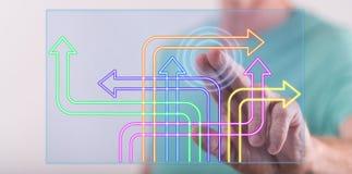 Man att trycka på ett digitalt beslutsbegrepp på en pekskärm arkivbilder