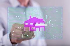 Man att trycka på ett digitalt smart begrepp för hem- automation arkivbild