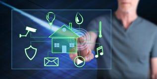 Man att trycka på ett digitalt smart begrepp för hem- automation royaltyfria foton