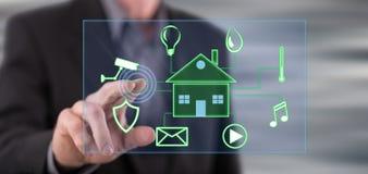 Man att trycka på ett digitalt smart begrepp för hem- automation på en pekskärm royaltyfri fotografi