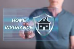 Man att trycka på ett hem- försäkringbegrepp på en pekskärm royaltyfri fotografi