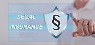 Man att trycka på ett lagligt försäkringbegrepp på en pekskärm royaltyfri bild