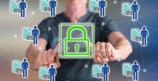 Man att trycka på ett personligt begrepp för datasäkerhet på en pekskärm royaltyfri fotografi