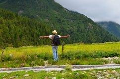 Man att tycka om i natur och att uppskatta den till det mest full i utlöparen av Himalaya på Chitkul, Himachal, Indien Arkivfoto
