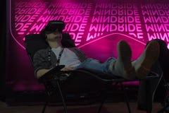 Man att tycka om virtuell verklighetexponeringsglas, medan koppla av på soffan Royaltyfri Foto