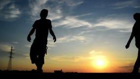 Man att vända för kvinnan som passerade honom förbi på gatan, i solnedgång och att sköta henne lager videofilmer