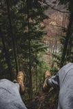 Man att vila på perfekt sceniskt förbiser på skogen i Slovakien - tonat foto Man att koppla av och att tycka om den yon sceneren  Royaltyfria Foton