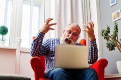 Man att vinka hans armar och att ropa på en bärbar dator Arkivfoto