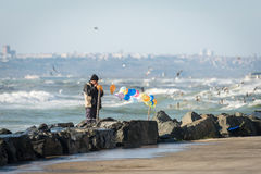 Man attaching balloons near the Sea of Marmara in Istanbul, Turk Stock Photography