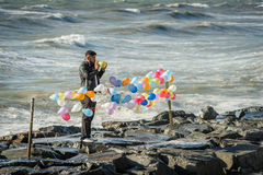 Man attaching balloons near the Sea of Marmara in Istanbul, Turk Royalty Free Stock Photos