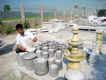 Man av den Kinh Chu stenen som snider byn i sten som snider produkter Royaltyfri Bild