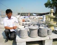 Man av den Kinh Chu stenen som snider byn i sten som snider produkter Royaltyfria Foton