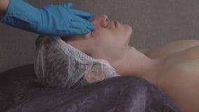 Man avslappnande komfort som får en ansikts- massage stock video