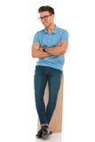 Man bärande exponeringsglas som poserar att luta på träasken fotografering för bildbyråer