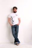 Man bärande jeans och den vita T-tröja med en gyckelmakare Arkivfoton