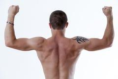 Man bakifrån som upp lyfter hans armar arkivfoton