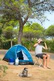 Man bara med tältet för att campa för affärsföretag Arkivfoton